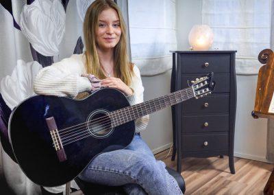 Musiikkikoulu PiaCello kitaransoiton oppilas Jyväskylässä.