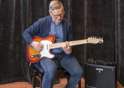 Musiikkikoulu PiaCellon kitaransoiton oppilas soittotunnilla Jyväskylässä.
