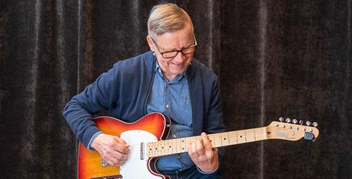Musiikkikoulu PiaCellon kitaransoiton oppilas soittotunnilla, Jyväskylässä.