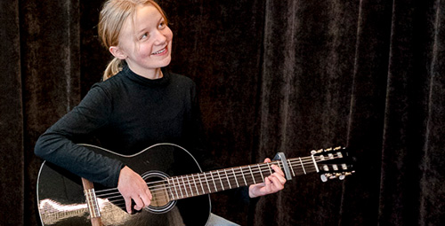 Musiikkikoulu PiaCello kitaransoiton oppilas soittotunnilla, Jyväskylä.
