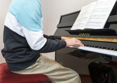 Musiikkikoulu PiaCellon oppilas opiskelee pianonsoittoa Jyväskylässä.