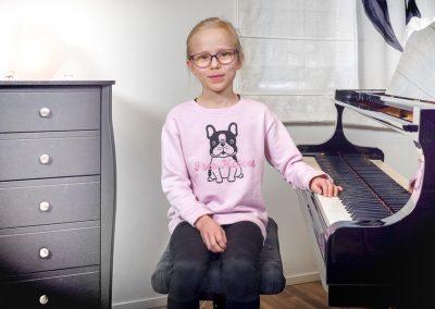 Musiikkikoulu PiaCellon pianonsoiton oppilas soittotunnilla, Jyväskylä.