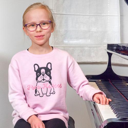 Musiikkikoulu PiaCello pianonsoiton oppilas soittotunnilla Jyväskylässä.