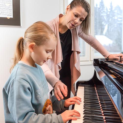 Musiikkikoulu PiaCello opettaja ja pianonsoiton oppilas, Jyväskylä.