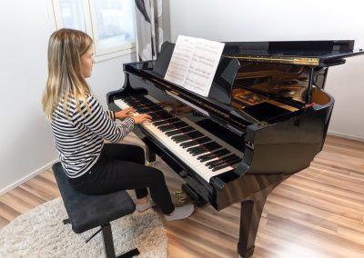 Musiikkikoulu PiaCellon pianonsoiton oppilas nauttii soittotunnista Jyväskylässä.