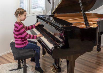 Pianonsoiton oppilas harjoittelee pianonsoittoa musiikkikoulu PiaCellossa, Jyväskylässä.