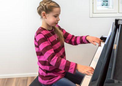Musiikkikoulu PiaCellossa pianonsoiton oppilas Jyväskylässä saa nauttia soittamisesta rauhassa ja omassa tahdissa.