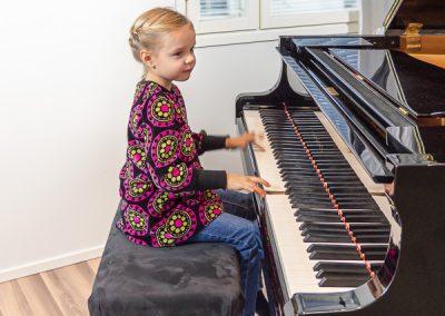 Nuori pianonsoiton oppilas opettelemassa soittamista musiikkikoulu PiaCellossa, Jyväskylä.