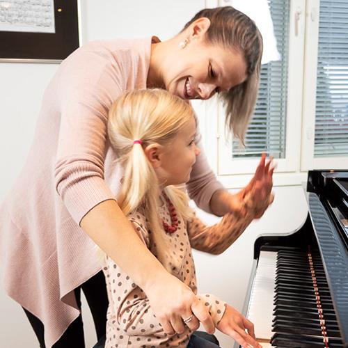 Innokas pianonsoiton oppilas ja opettaja musiikkikoulu PiaCellossa, Jyväskylässä.