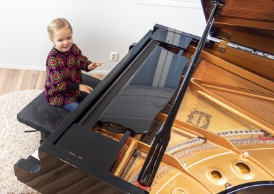 Nuori pianonsoiton oppilas pitää hauskaa soittamalla pianoa musiikkikoulu PiaCellossa, Jyväskylässä.
