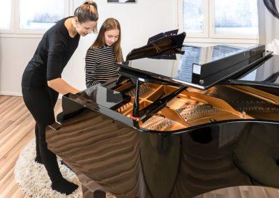Pianonsoiton opettaja on aina auttamassa oppilasta musiikkikoulu PiaCellossa, Jyväskylässä.