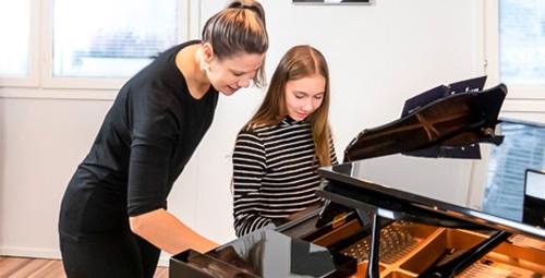 Pianonsoiton oppilas soittotunnilla musiikkikoulu PiaCellossa, Jyväskylä.