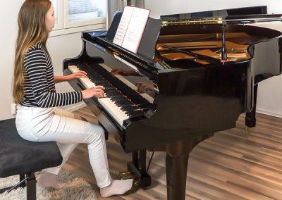 Pianonsoiton oppilas on keskittynyt soittamaan pianoa Jyväskylässä musiikkikoulu PiaCellossa.