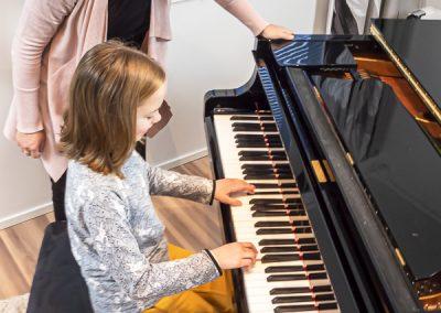 Musiikkikoulu PiaCellossa oppilaat oppivat pianonsoittoa kyvykkään opettajan kannustamana, Jyväskylä.