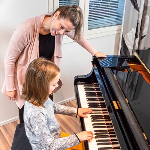 Musiikkikoulu PiaCello pianonsoiton oppilas ja opettaja soittotunnilla, Jyväskylä.