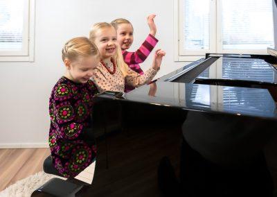 Musiikkikoulu PiaCellon pianonsoiton oppilas sisarukset soittotunnilla, Jyväskylä.