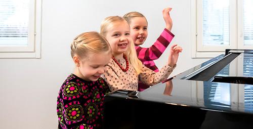 Musiikkikoulu PiaCello pianonsoiton oppilas sisarukset soittotunnilla, Jyväskylä.