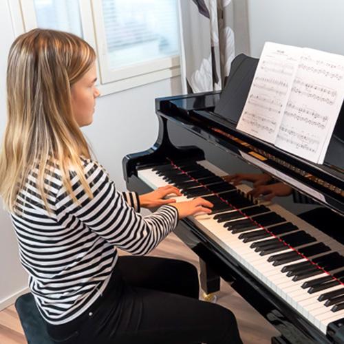 Musiikkikoulu PiaCello pianonsoiton oppilas soittotunnilla, Jyväskylä.