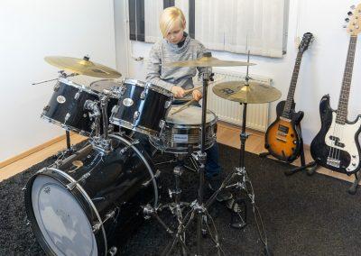 Musiikkikoulu PiaCellon rumpujensoiton oppilas Jyväskylässä näyttää miten rumpuja soitetaan.