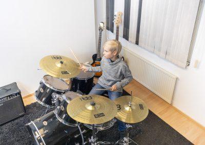 Musiikkikoulu PiaCello rumpujensoiton oppilas soittotunnilla Jyväskylässä.