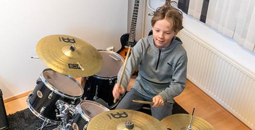 Musiikkikoulu PiaCello rumpujensoiton rumpalioppilas soittotunnilla, Jyväskylä.