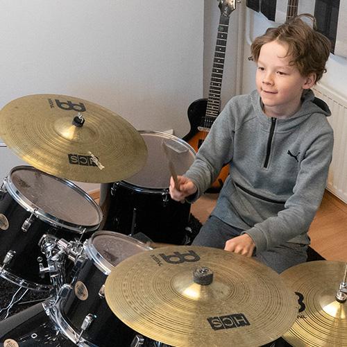 Musiikkikoulu PiaCello rumpujensoiton oppilas soittotunnilla, Jyväskylä.