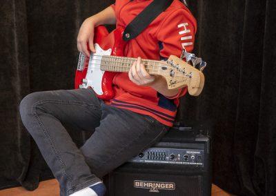 Musiikkikoulu PiaCellon sähköbasson oppilas näyttää miten bassoa soitetaan, Jyväskylä.