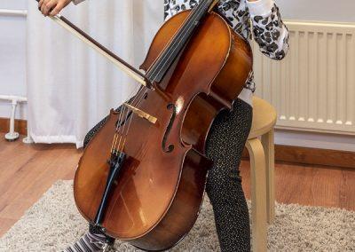 Musiikkikoulu PiaCellon sellonsoiton soittotunnilla jokainen uusi ja vanha sellisti oppilas pääsee pitämään hauskaa, Jyväskylä.