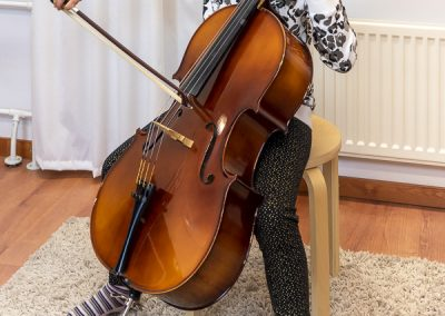 Musiikkikoulu PiaCello nuori sellisti soittaa selloa soittotunnilla, Jyväskylässä.