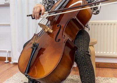 Musiikkikoulu PiaCello sellisti soittotunnilla, Jyväskylä.