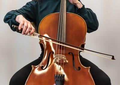 Musiikkikoulu PiaCellon sellisti soittotunnilla näyttää miten selloa soitetaan Jyväskylässä.