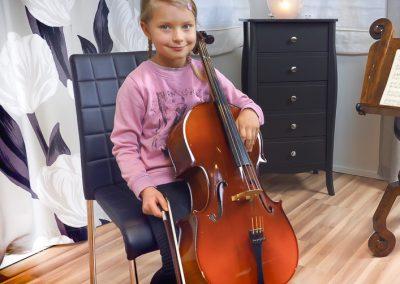 Jyväskylässä musiikkikoulu PiaCellossa oppilas voi oppia soittamaan useampia soittimia, kuten selloa ja viulua.