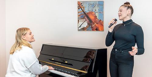 Musiikkikoulu PiaCello sisarukset laulamassa ja soittamassa pianoa, Jyväskylä.