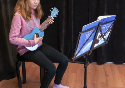 Musiikkikoulu PiaCellon ukulele oppilas soittotunnilla Jyväskylässä.