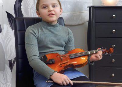 Musiikkikoulu PiaCellon viulunsoiton oppilas soittotunnilla Jyväskylässä.
