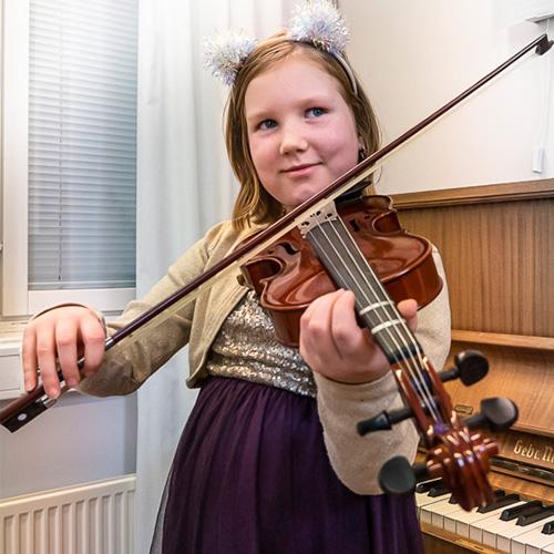 Musiikkikoulu PiaCello viulunsoiton oppilas soittotunnilla, Jyväskylä.