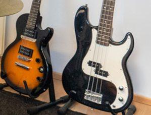 Musiikkikoulu PiaCello Muuramessa, kitaran ja bassonsoittoa.